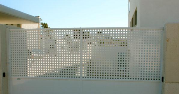 Puerta metálica de chapa perforada